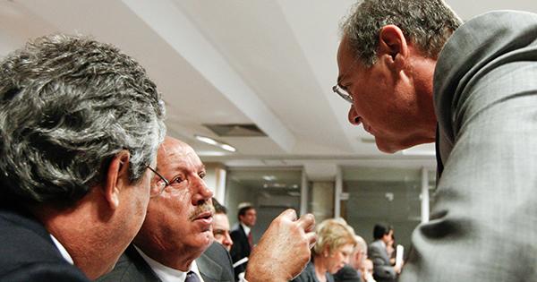 Renan e Luiz Henrique conversam durante votação no Senado em 2011