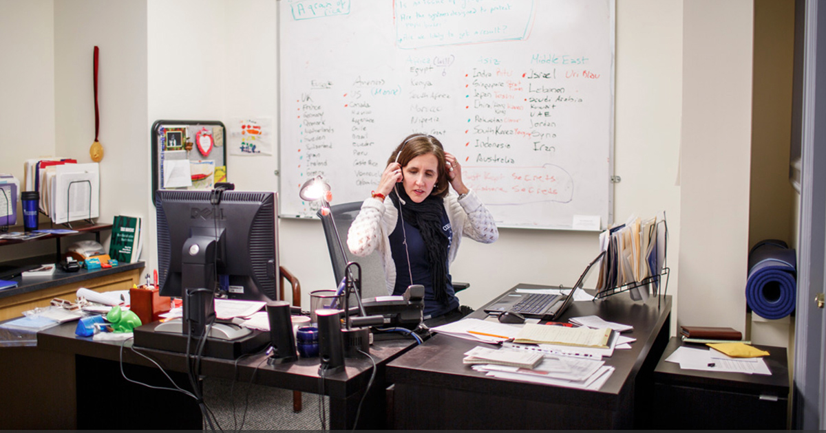 Marina Walker Guevara na sede do ICIJ, em Washington