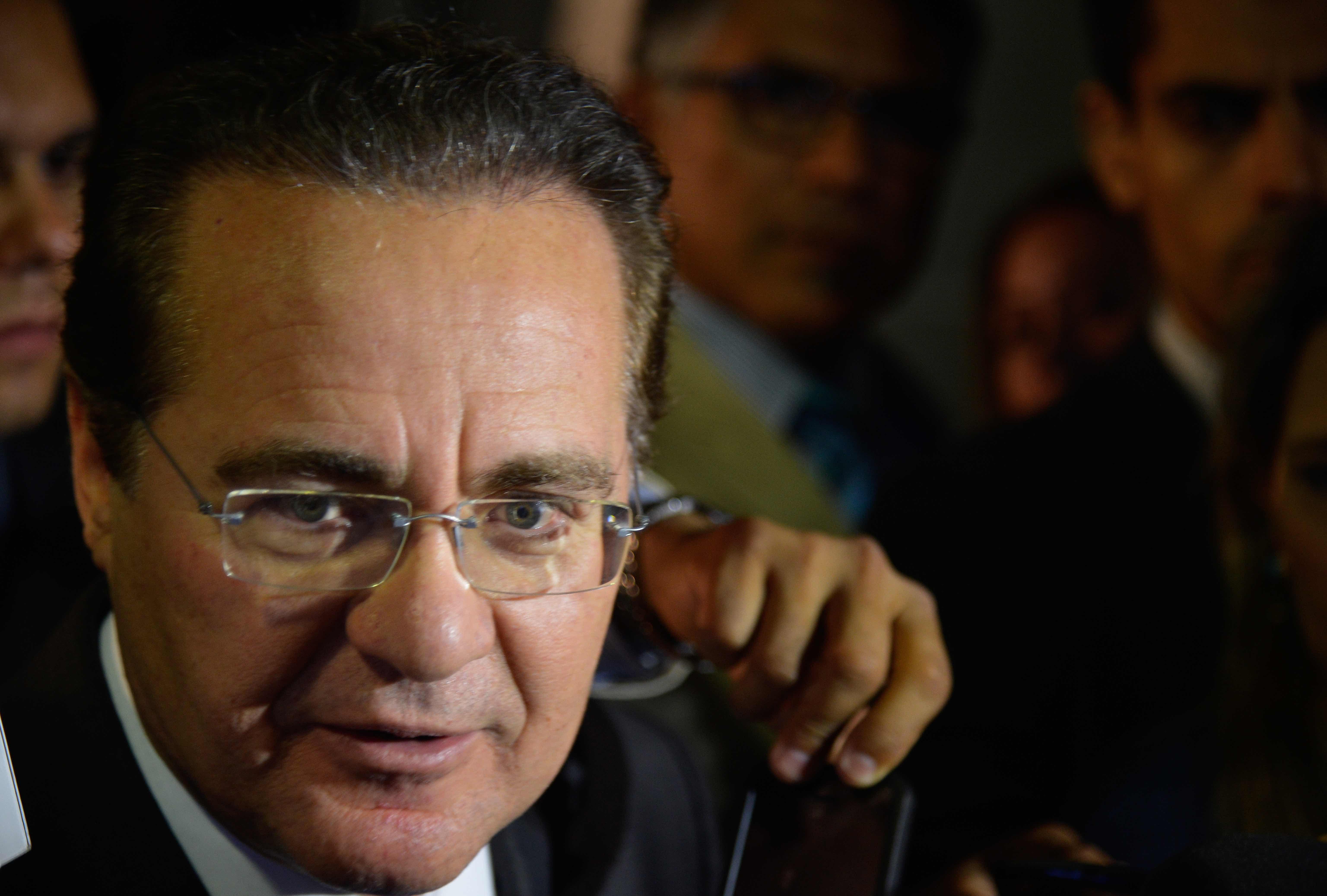 O presidente do Senado, Renan Calheiros, fala à imprensa