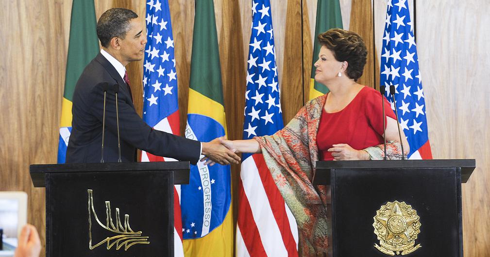 Dilma e Obama cumprimentam-se em visita do presidente norte-americano ao Brasil em 2011