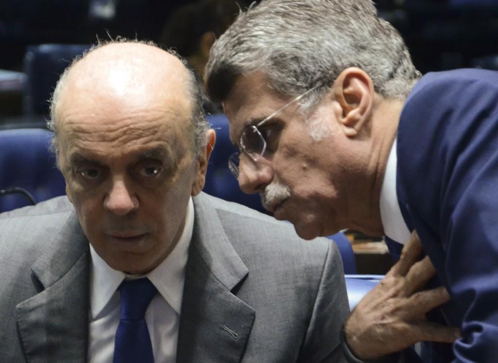Os senadores José Serra (PSDB-SP) e Romero Jucá (PMDB-RR)