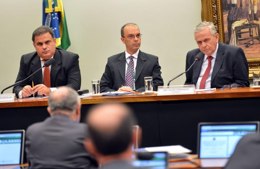 """João Carlos Bacelar (à esq,) diz que relatório está """"inconcluso"""""""