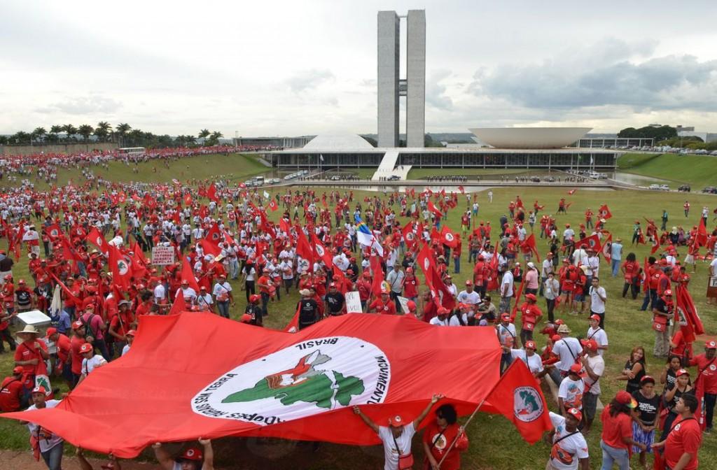 Movimento dos Trabalhadores Rurais Sem Terra protestam em frente ao Congresso Nacional