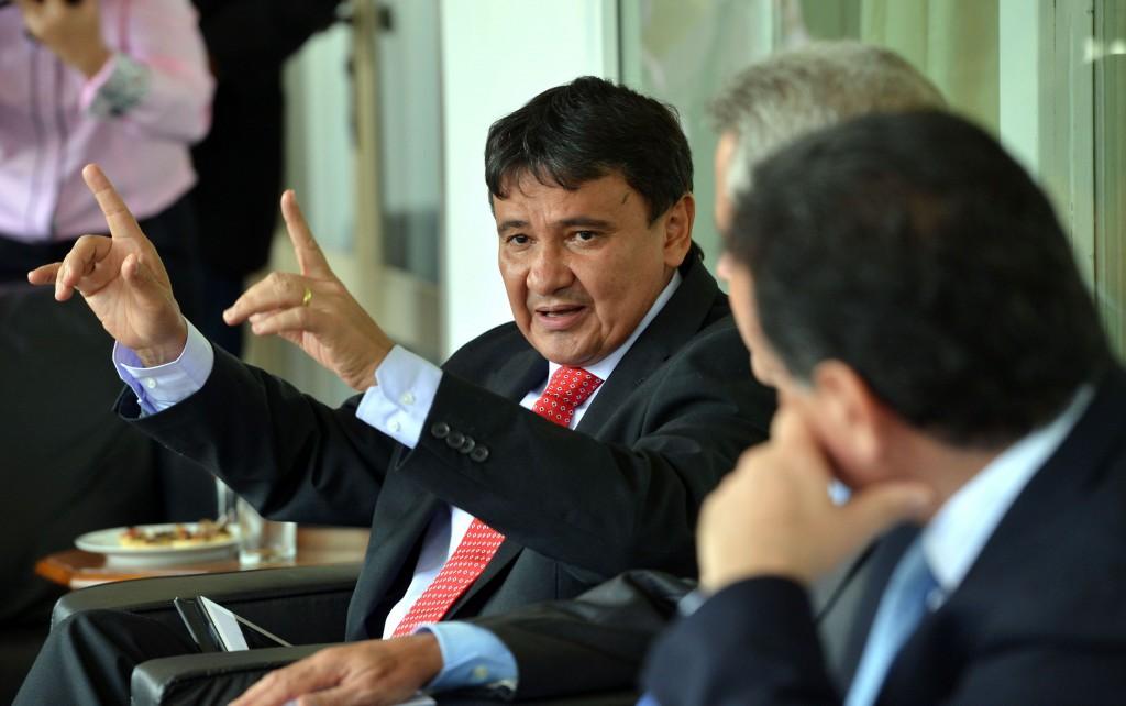 Brasília - O governador do Piauí, Wellington Dias participa de reunião para discutir saídas para enfrentar a crise econômica e levantar os principais problemas enfrentados pelos estados (Wilson Dias/Agência Brasil)