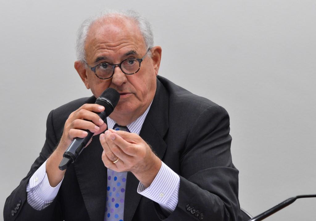 O ex-presidente do Supremo Tribunal Federal (STF) Nelson Jobim fala na Comissão especial sobre o pacto federativo, durante audiência pública (Antonio Cruz/Agência Brasil)