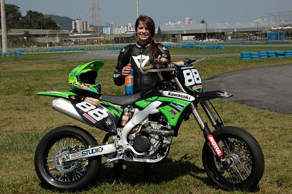 17ff184efa9c6 Sabrina Paiuta compete na Supermoto com uma Kawasaki KX 450F. Em 2011 foram  emplacadas no Brasil 1.940.564 motocicletas ...
