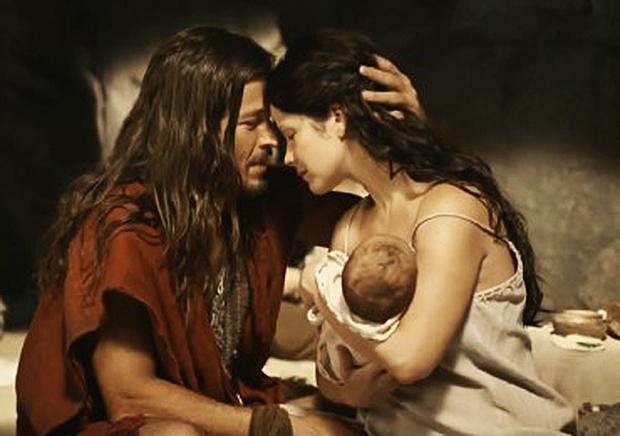 Roger Gobeth e Samara Felippo e o pequeno Moisés recém-nascido (Foto: TV Record/Divulgação)