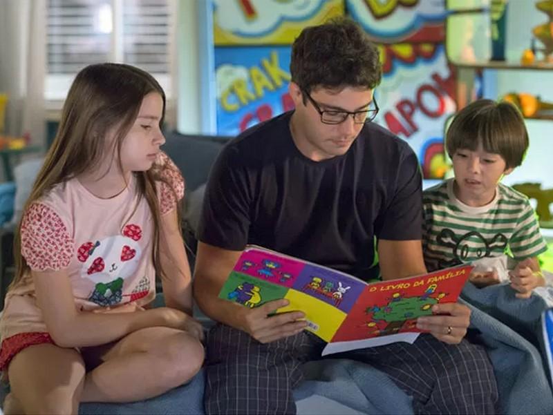 Thiago Rodrigues com as crianças Milena Mello e Gabriel Palhares (Foto: Divulgação/TV Globo)