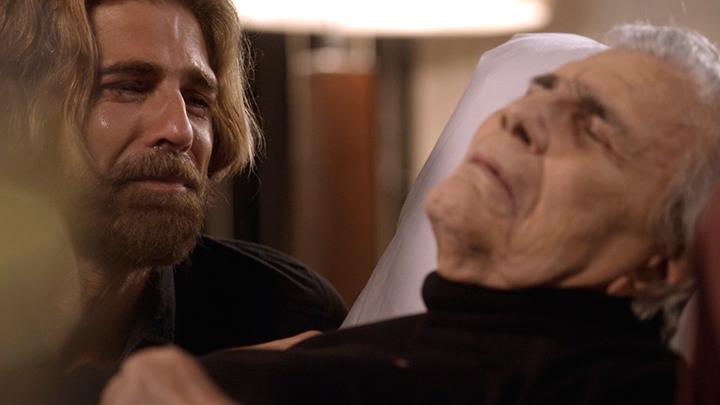 Pedro (Reynaldo Gianecchini) chora a morte do pai (Tarcísio Meira) (Foto: reprodução)