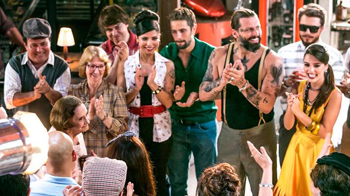Laura recebida pelo elenco (Foto: Isabella Pinheiro/Gshow)