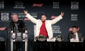 "McGregor após ""roubar"" cinturão de Alvarez | Crédito: AP/Julio Cortez"