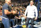 """Cigano e Miocic fazem """"competição de músculos"""" durante partida da NBA"""