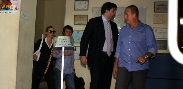 Acompanhada pelo marido e advogado, Carolina permaneceu por 7 horas na delegacia