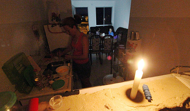 Dilma já entrega até residência sem água e luz