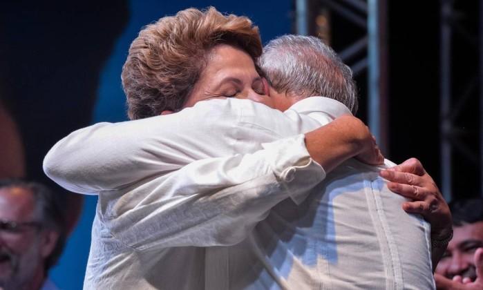 Aliança de Lula e Dilma vira abraço de afogados
