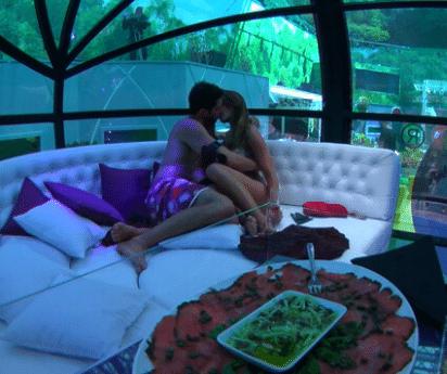 Na tarde desta quarta (26), rolou uma pool party patrocinada na casa do BBB, e Angela ganhou o benefício de compartilhar uma tenda exclusiva com mais alguém. Trocou Aline por Marcelo e deu um beijo de 40 segundos no curitibano.