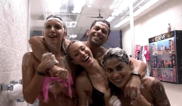 Um dia após da saída do namorado, Tatiele curtiu banho quádruplo com Marcelo, Vanessa e Aline...