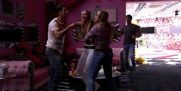 O bate-boca começou porque a sister disse que é ridículo o jeito como Marcelo dança, e o curitibano retrucou dizendo que ridícula era Aline