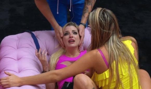 Clara dançava com Vanessa provocando Cássio, Vanessa não gostou da brincadeira e brigou com a webstripper que foi chorar na sala amparada pelo gaúcho e por Tatiele. Momentos depois, Clara e Vanessa voltaram às boas.