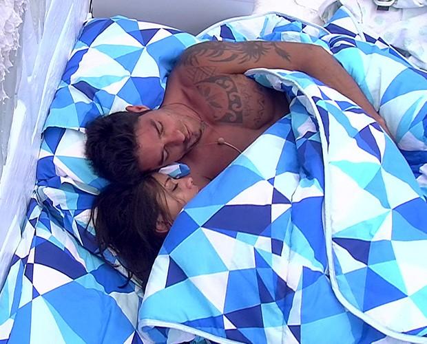 """Franciele e Diego, o casal FranGo, ironizado por suas """"rapidinhas"""" sob o edredom (Foto: Rerodução/TvGlobo)"""