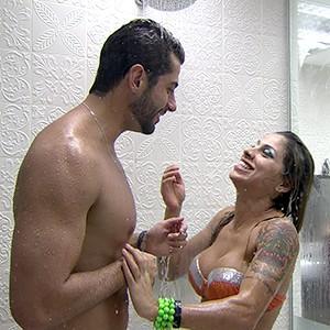 Depois, durante um banho juntos, Marcelo tirou uma casquinha da paulistana