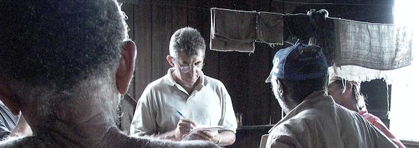 Fiscal toma depoimento de resgatados do trabalho escravo no Pará (Foto: Leonardo Sakamoto)
