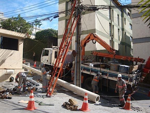 Trabalhadores flagrados em condições análogas às de escravos realizam reparos e construção de postes da Cemig Fotos: Divulgação/SRTE-MG