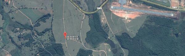 Local onde o grupo de fiscalização do Ministério do Trabalho e Emprego encontrou trabalhadores em condições análogas às de escravo. Ao lado, o famoso aeroporto no município de Cláudio (MG)