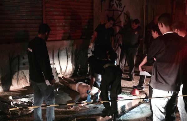 Polícia Civil isola local onde homem foi morto a tiros em Osasco (Foto: Avener Prado/Folhapress)