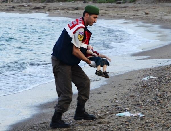 2set2015---soldado-turco-carrega-corpo-de-crianca-que-se-afogou-em-uma-tentativa-fracassada-de-chegar-ate-a-ilha-grega-de-kos-em-bodrum-na-truquia-1441206455190_615x470