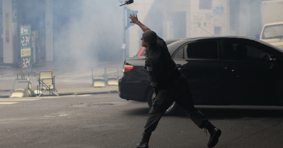 Policial lança bomba de gás contra estudantes que protestavam, nesta quinta (3), na região central de em São Paulo (Foto: Werther Santana/Estadão Conteúdo)