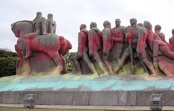 Monumento às Bandeiras coberto de tinta. Foto: Zanone Fraissat/Folhapress