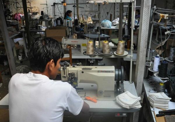 Trabalhadores produzindo peças para oficina responsabilizada por trabalho escravo (Foto: MPT/Divulgação)
