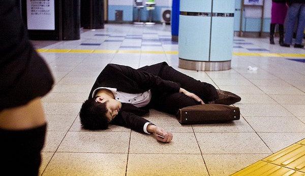 Trabalhador exausto no metrô de Tóquio, onde a negociação entre trabalhador e empresa decide a jornada - como acontecerá no Brasil se a reforma trabalhista passar. Foto: Coal Miki/Flickr