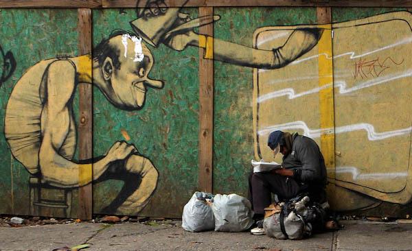 Pessoa em situação de rua e arte urbana. Os primeiros inimigos da política higienista urbana. Foto: Hélvio Romero (https://helvioromero.wordpress.com)