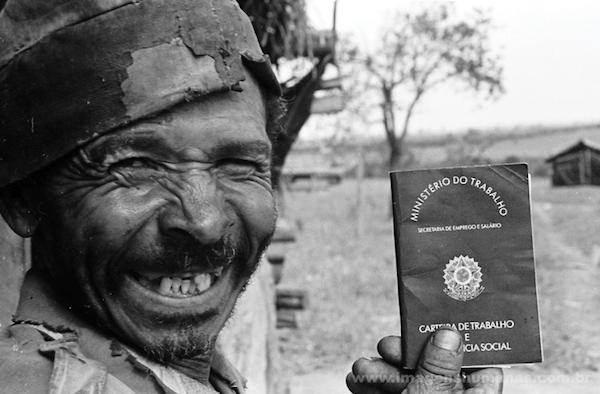 Ataliba dos Santos, carvoeiro, mostra sua carteira de trabalho no Mato Grosso do Sul Foto: João Roberto Ripper / Imagens Humanas