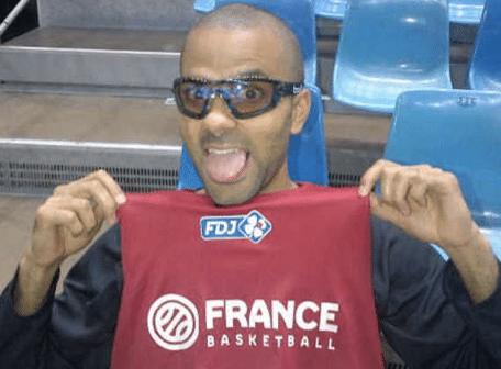 Tony Parker, de óculos, França
