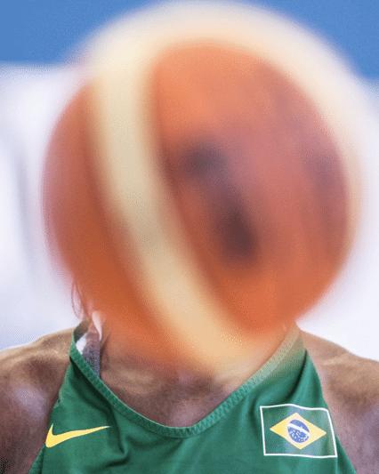 Franciele escondida pela bola