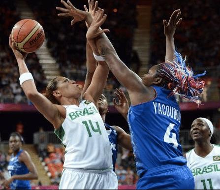 Érika encara forte marcação no segundo tempo contra a França