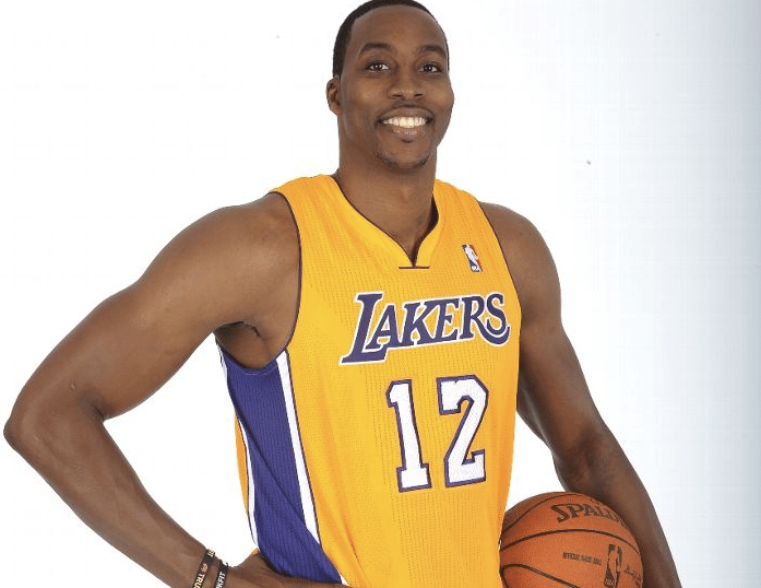 Dwight Howard agora posa de Laker