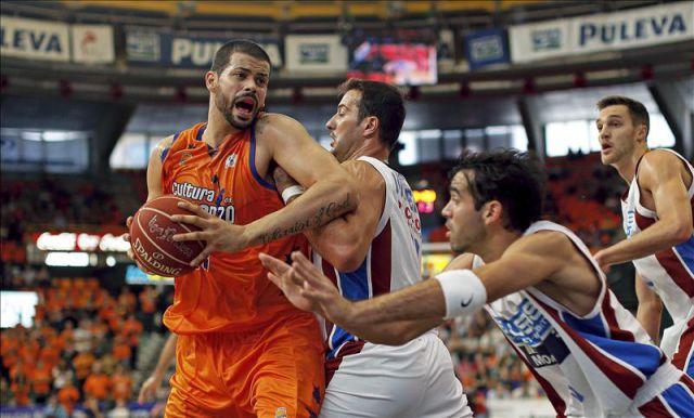 Vitor Faverani ao ataque