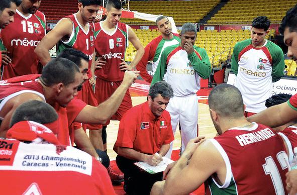 O técnico Sergio Valdeolmillos e sua prancheta