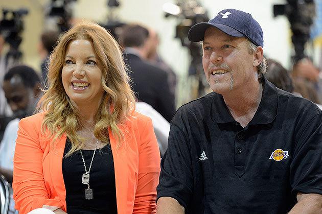 Jeanie e Jim Buss. Uma popular em LA, outra nem tanto