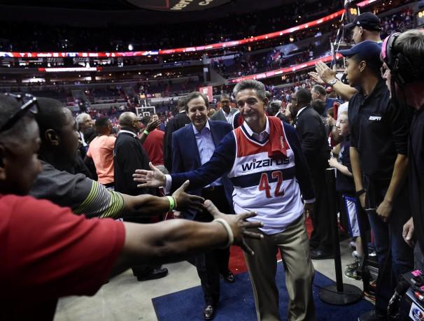 Dono do Wizards, Ted Leonsis veste camisa de Nenê em jogo de gancho