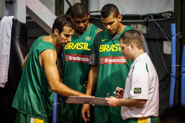 Marcelinho Machado mostra para Hettsheimeir aonde receber o passe. : )