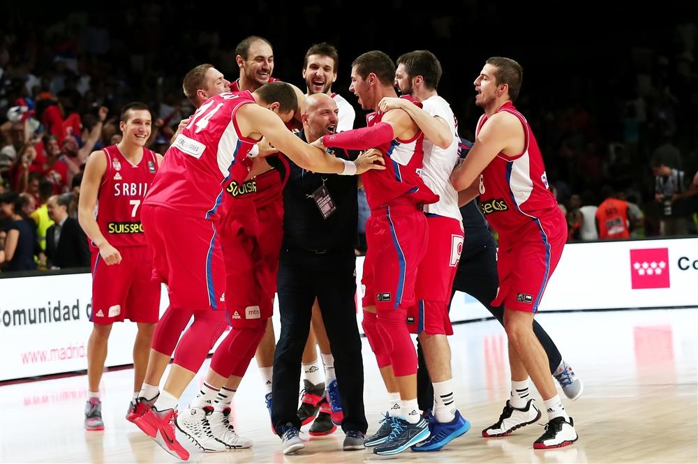 Sérvios comemoram com o técnico Sasha Djordjevic, que faz ótimo trabalho
