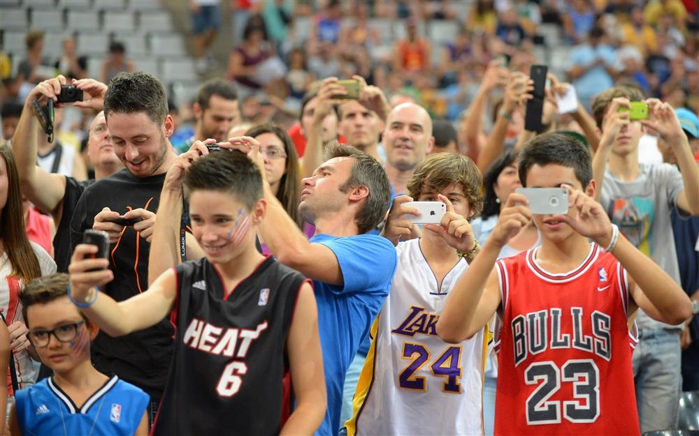 Uma, duas, três e quatro franquias da NBA representadas na foto. EUA também têm torcida na Espanha
