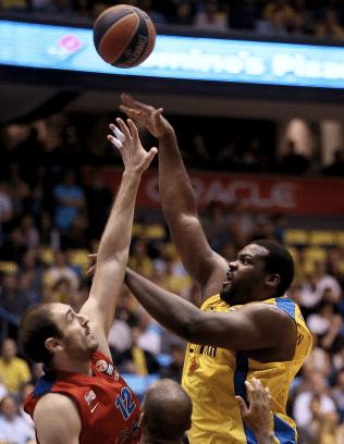 Baby Shaq grego era a única referência ofensiva, com jogo de costas para a cesta, do elenco do Maccabi 2013-14. Não joga contra o Flamengo