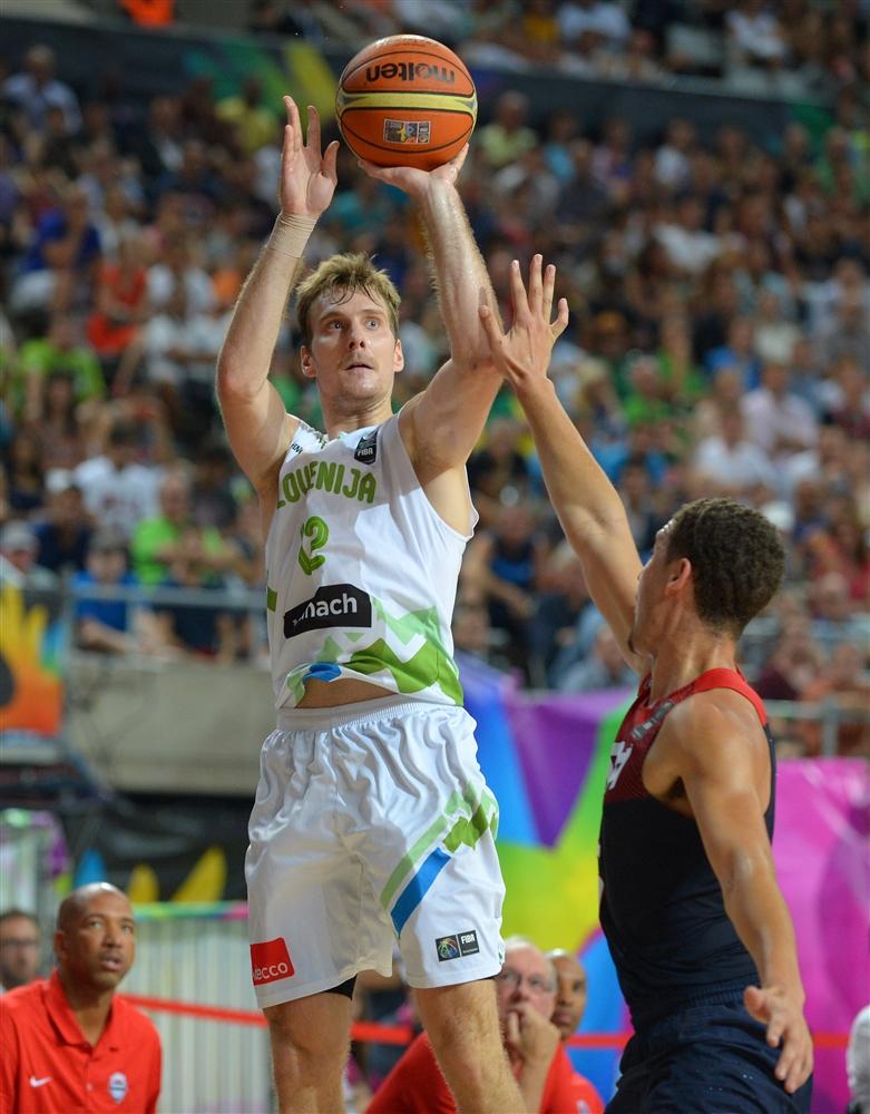 Zoran Dragic chuta contra Klay Thompson: arremesso não é o forte, mas a NBA está caidinha por ele