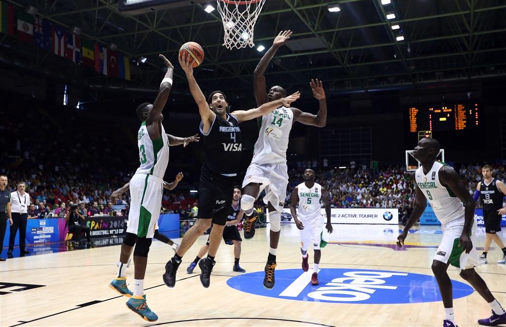 Luis Scola (22 pontos, 14 rebotes, 29 minutos) não se importunou com os atletas senegaleses. E agora?